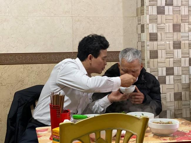 Hình ảnh người con trai lớn tuổi đút từng thìa bún rồi động viên Bố cố ăn hết bát này nhé khiến nhiều người nghẹn ngào-3