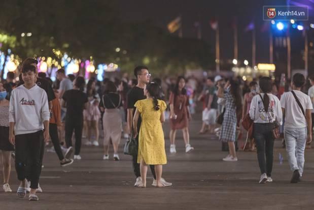 Chùm ảnh: Phố đi bộ Nguyễn Huệ vẫn đông kín người giữa những ngày tâm điểm dịch virus corona, một số người phớt lờ việc đeo khẩu trang phòng bệnh-1