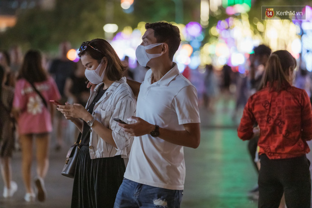 Chùm ảnh: Phố đi bộ Nguyễn Huệ vẫn đông kín người giữa những ngày tâm điểm dịch virus corona, một số người phớt lờ việc đeo khẩu trang phòng bệnh-10