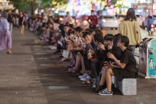 Chùm ảnh: Phố đi bộ Nguyễn Huệ vẫn đông kín người giữa những ngày tâm điểm dịch virus corona, một số người phớt lờ việc đeo khẩu trang phòng bệnh-2