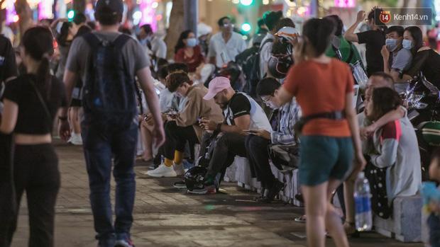 Chùm ảnh: Phố đi bộ Nguyễn Huệ vẫn đông kín người giữa những ngày tâm điểm dịch virus corona, một số người phớt lờ việc đeo khẩu trang phòng bệnh-3