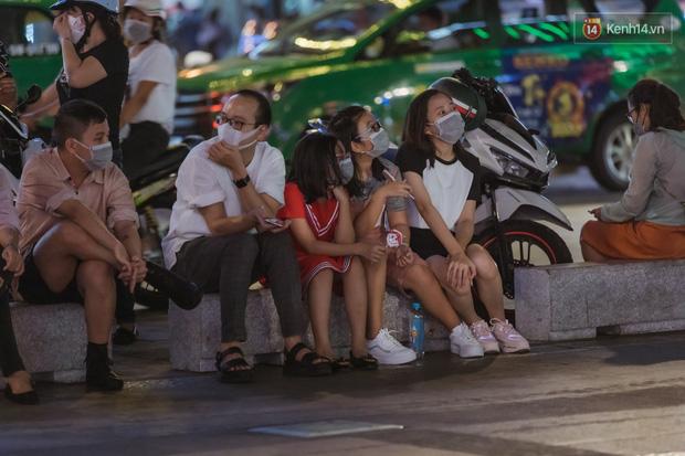 Chùm ảnh: Phố đi bộ Nguyễn Huệ vẫn đông kín người giữa những ngày tâm điểm dịch virus corona, một số người phớt lờ việc đeo khẩu trang phòng bệnh-4