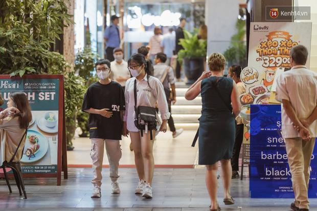 Chùm ảnh: Phố đi bộ Nguyễn Huệ vẫn đông kín người giữa những ngày tâm điểm dịch virus corona, một số người phớt lờ việc đeo khẩu trang phòng bệnh-5