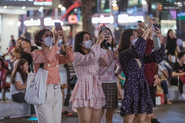 Chùm ảnh: Phố đi bộ Nguyễn Huệ vẫn đông kín người giữa những ngày tâm điểm dịch virus corona, một số người phớt lờ việc đeo khẩu trang phòng bệnh-6