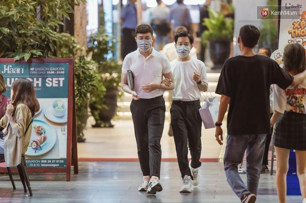 Chùm ảnh: Phố đi bộ Nguyễn Huệ vẫn đông kín người giữa những ngày tâm điểm dịch virus corona, một số người phớt lờ việc đeo khẩu trang phòng bệnh-7