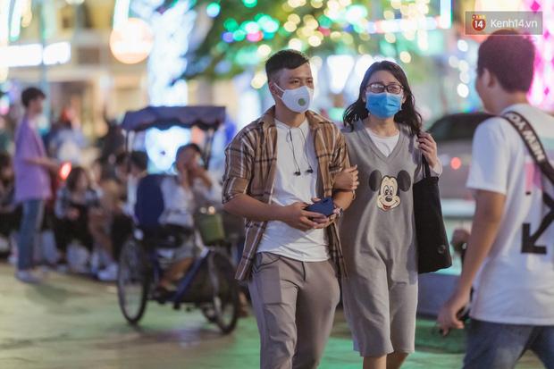 Chùm ảnh: Phố đi bộ Nguyễn Huệ vẫn đông kín người giữa những ngày tâm điểm dịch virus corona, một số người phớt lờ việc đeo khẩu trang phòng bệnh-8
