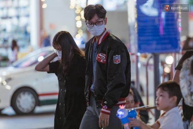 Chùm ảnh: Phố đi bộ Nguyễn Huệ vẫn đông kín người giữa những ngày tâm điểm dịch virus corona, một số người phớt lờ việc đeo khẩu trang phòng bệnh-9