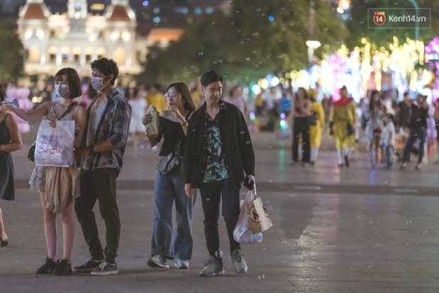 Chùm ảnh: Phố đi bộ Nguyễn Huệ vẫn đông kín người giữa những ngày tâm điểm dịch virus corona, một số người phớt lờ việc đeo khẩu trang phòng bệnh-11