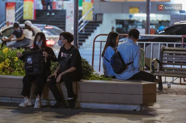 Chùm ảnh: Phố đi bộ Nguyễn Huệ vẫn đông kín người giữa những ngày tâm điểm dịch virus corona, một số người phớt lờ việc đeo khẩu trang phòng bệnh-12