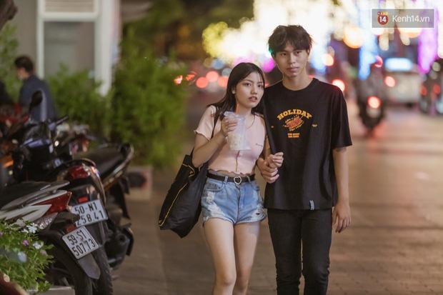Chùm ảnh: Phố đi bộ Nguyễn Huệ vẫn đông kín người giữa những ngày tâm điểm dịch virus corona, một số người phớt lờ việc đeo khẩu trang phòng bệnh-13