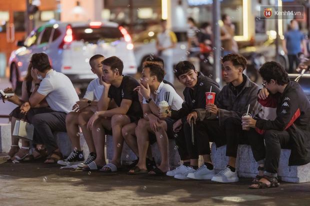 Chùm ảnh: Phố đi bộ Nguyễn Huệ vẫn đông kín người giữa những ngày tâm điểm dịch virus corona, một số người phớt lờ việc đeo khẩu trang phòng bệnh-14