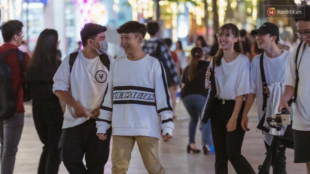 Chùm ảnh: Phố đi bộ Nguyễn Huệ vẫn đông kín người giữa những ngày tâm điểm dịch virus corona, một số người phớt lờ việc đeo khẩu trang phòng bệnh-15
