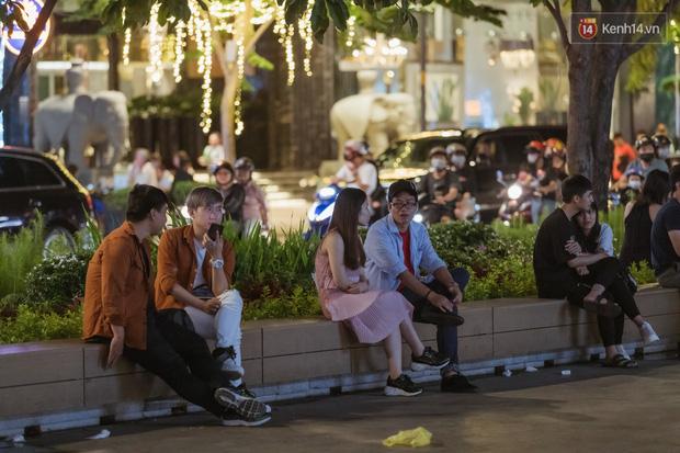 Chùm ảnh: Phố đi bộ Nguyễn Huệ vẫn đông kín người giữa những ngày tâm điểm dịch virus corona, một số người phớt lờ việc đeo khẩu trang phòng bệnh-16