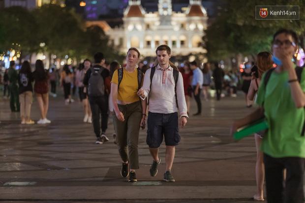 Chùm ảnh: Phố đi bộ Nguyễn Huệ vẫn đông kín người giữa những ngày tâm điểm dịch virus corona, một số người phớt lờ việc đeo khẩu trang phòng bệnh-17