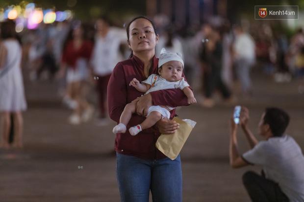 Chùm ảnh: Phố đi bộ Nguyễn Huệ vẫn đông kín người giữa những ngày tâm điểm dịch virus corona, một số người phớt lờ việc đeo khẩu trang phòng bệnh-18