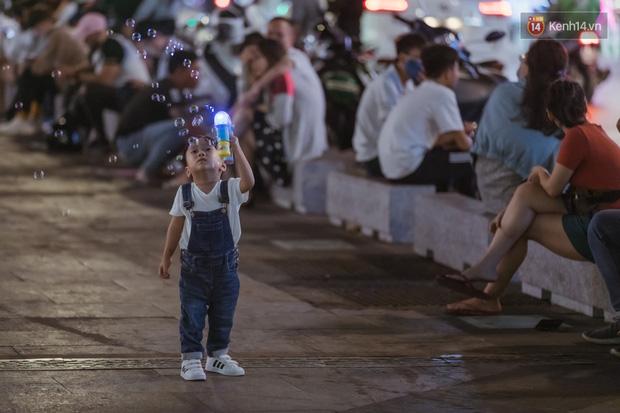 Chùm ảnh: Phố đi bộ Nguyễn Huệ vẫn đông kín người giữa những ngày tâm điểm dịch virus corona, một số người phớt lờ việc đeo khẩu trang phòng bệnh-19