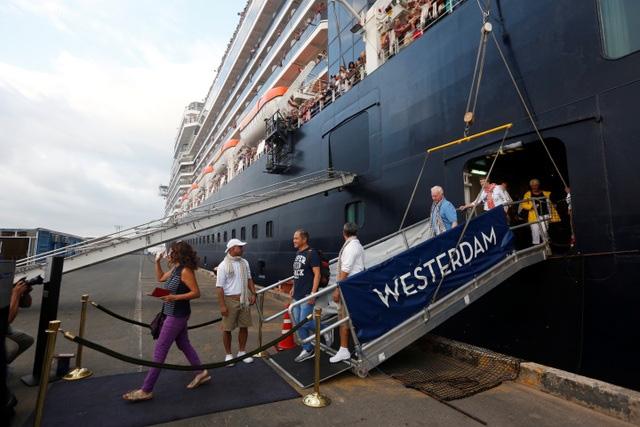 Phát hiện nữ hành khách trên du thuyền bị 5 nơi hắt hủi mới cập cảng Campuchia dương tính với Covid-19-1