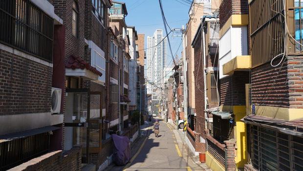 Nhà bán ngầm ở Seoul: Nơi người trẻ khom lưng mà sống, 'mùi của cái nghèo' rõ nhất vào hè nhưng họ vẫn từ chối biến thành 'ký sinh trùng'-5