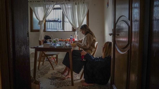 Nhà bán ngầm ở Seoul: Nơi người trẻ khom lưng mà sống, 'mùi của cái nghèo' rõ nhất vào hè nhưng họ vẫn từ chối biến thành 'ký sinh trùng'-8