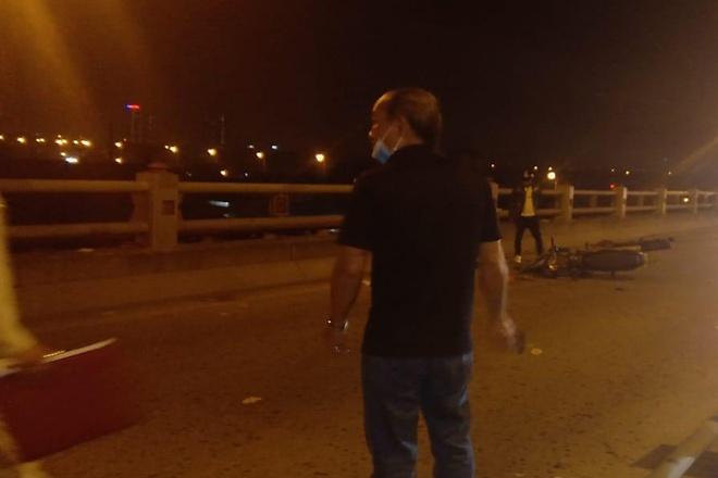 Hà Nội: Người phụ nữ dắt con xin tiền trên cầu Thanh Trì bị xe máy tông chết-1