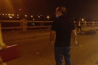 Hà Nội: Người phụ nữ dắt con xin tiền trên cầu Thanh Trì bị xe máy tông chết