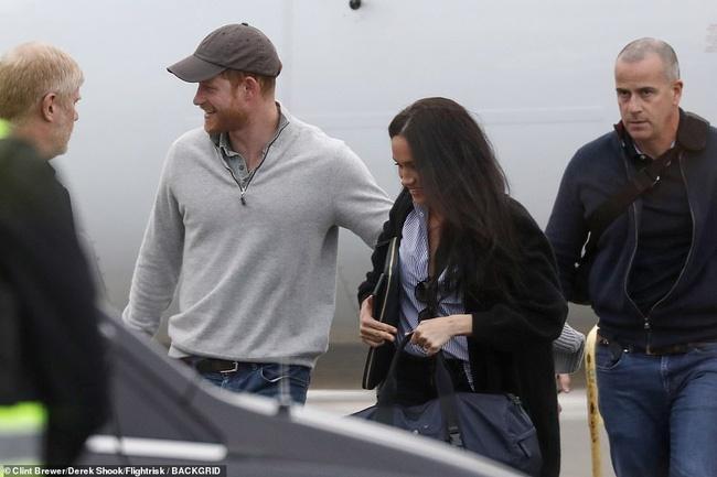 Meghan Markle lần đầu tiên xuất hiện với chồng sau khi rời khỏi hoàng gia Anh, nhìn vẻ ngoài của cô khiến ai cũng ngán ngẩm-3