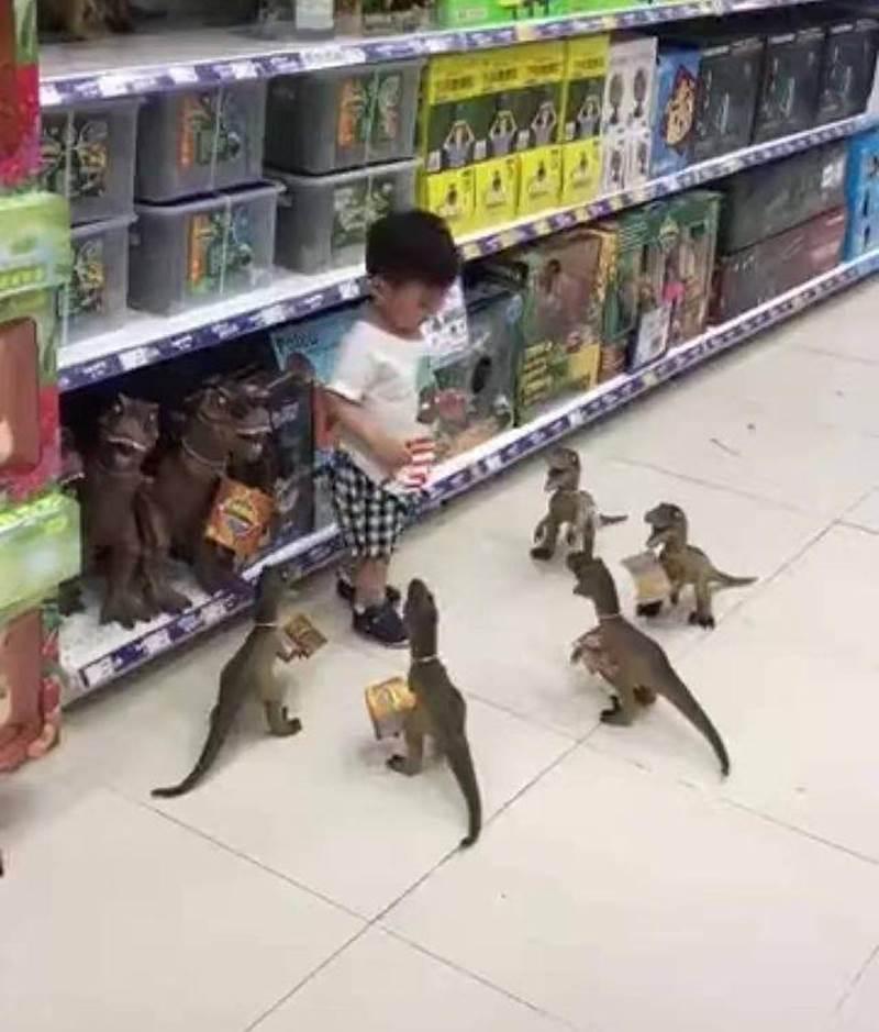 Con ăn vạ đòi mua đồ chơi, cách xử lý của ông bố khiến đứa trẻ lập tức xin chừa, người xem vừa buồn cười vừa lên án-1