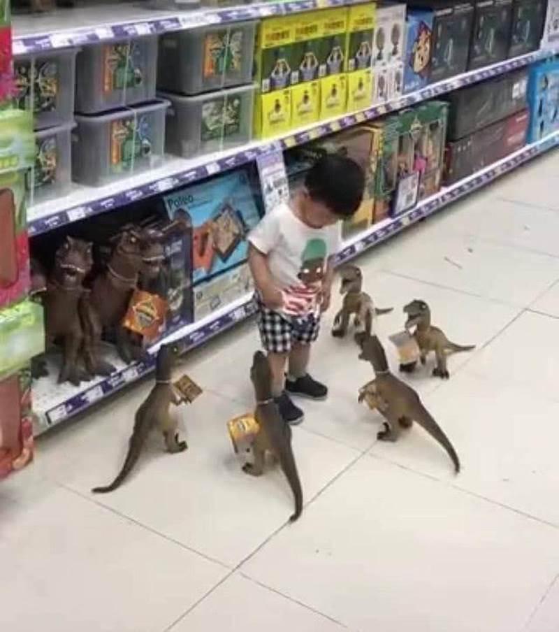 Con ăn vạ đòi mua đồ chơi, cách xử lý của ông bố khiến đứa trẻ lập tức xin chừa, người xem vừa buồn cười vừa lên án-2