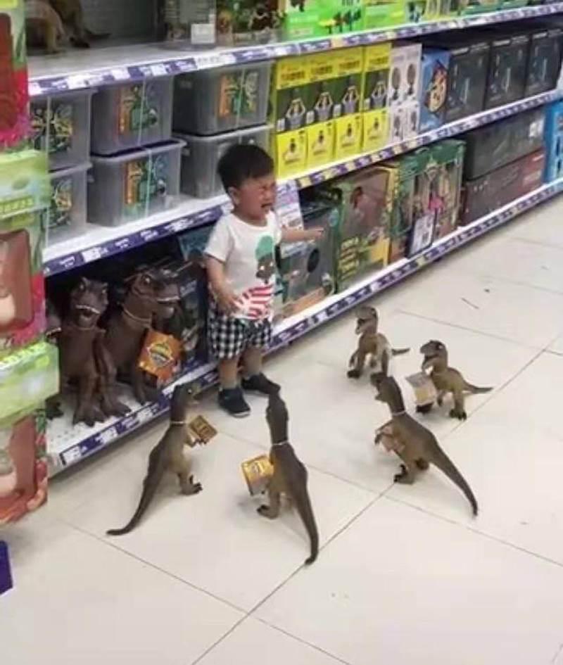 Con ăn vạ đòi mua đồ chơi, cách xử lý của ông bố khiến đứa trẻ lập tức xin chừa, người xem vừa buồn cười vừa lên án-3