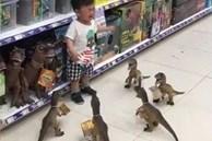 Con ăn vạ đòi mua đồ chơi, cách xử lý của ông bố khiến đứa trẻ lập tức 'xin chừa', người xem vừa buồn cười vừa lên án