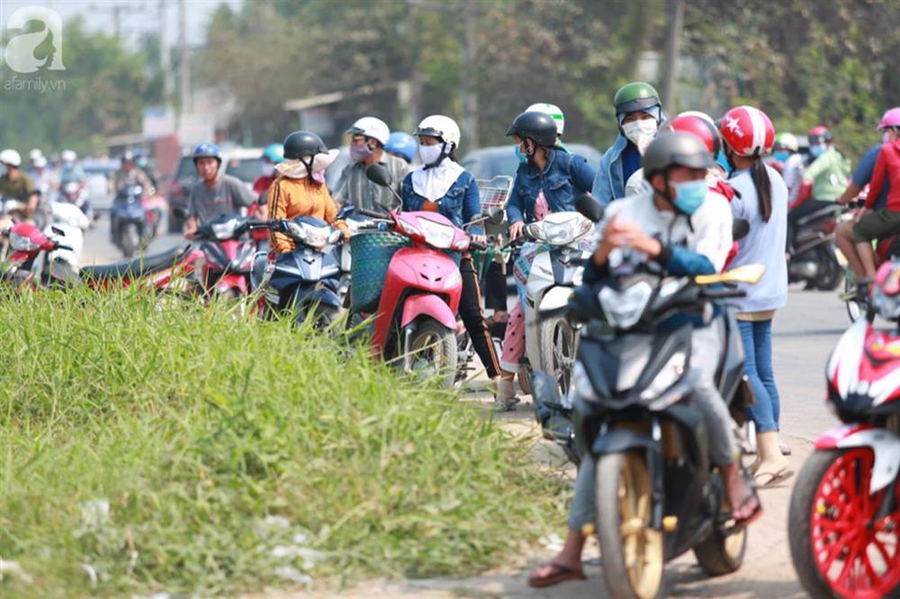 Hàng chục người vẫn đội nắng, bao vây ngôi nhà hoang nơi Lê Quốc Tuấn bị tiêu diệt đã 3 ngày để... hóng chuyện-1