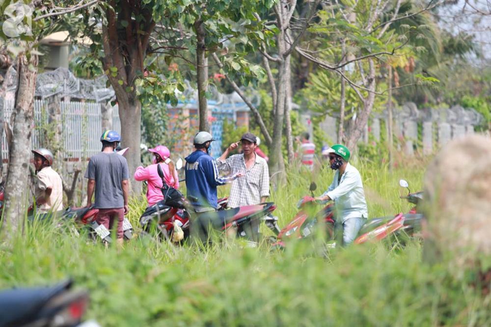 Hàng chục người vẫn đội nắng, bao vây ngôi nhà hoang nơi Lê Quốc Tuấn bị tiêu diệt đã 3 ngày để... hóng chuyện-2