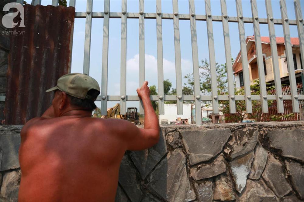 Hàng chục người vẫn đội nắng, bao vây ngôi nhà hoang nơi Lê Quốc Tuấn bị tiêu diệt đã 3 ngày để... hóng chuyện-4