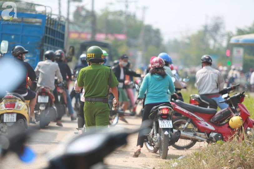 Hàng chục người vẫn đội nắng, bao vây ngôi nhà hoang nơi Lê Quốc Tuấn bị tiêu diệt đã 3 ngày để... hóng chuyện-7