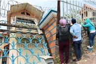 Hàng chục người vẫn đội nắng, 'bao vây' ngôi nhà hoang nơi Lê Quốc Tuấn bị tiêu diệt đã 3 ngày để... hóng chuyện