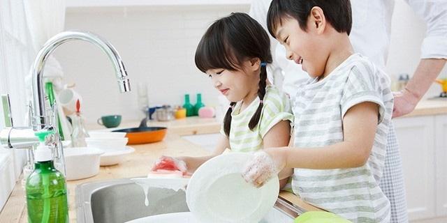 Bố mẹ đi làm, trẻ nghỉ học phòng dịch Covid-19 ở nhà vẫn tự phục vụ bản thân rất tốt chỉ cần được giáo dục kỹ năng này-3