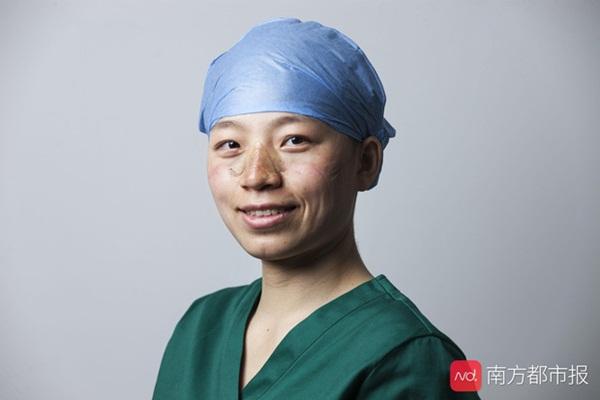 Nỗi lòng y bác sĩ Vũ Hán khi mặc đồ bảo hộ: Nóng bức như tắm hơi, ám ảnh đến muốn nôn nhưng không thể vì sợ phí trang phục-2