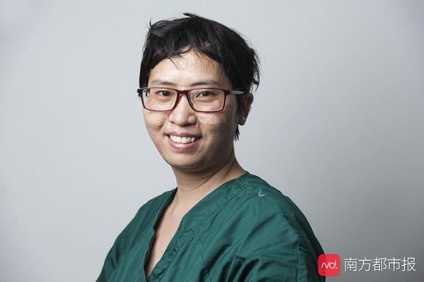 Nỗi lòng y bác sĩ Vũ Hán khi mặc đồ bảo hộ: Nóng bức như tắm hơi, ám ảnh đến muốn nôn nhưng không thể vì sợ phí trang phục-3