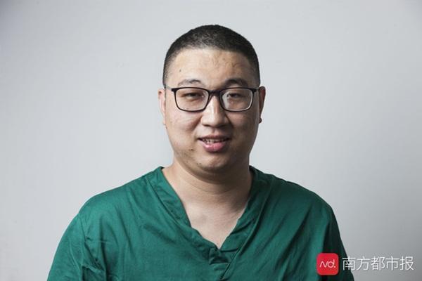 Nỗi lòng y bác sĩ Vũ Hán khi mặc đồ bảo hộ: Nóng bức như tắm hơi, ám ảnh đến muốn nôn nhưng không thể vì sợ phí trang phục-4