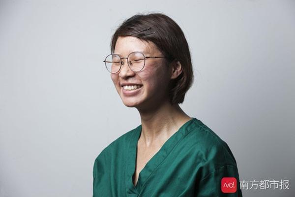 Nỗi lòng y bác sĩ Vũ Hán khi mặc đồ bảo hộ: Nóng bức như tắm hơi, ám ảnh đến muốn nôn nhưng không thể vì sợ phí trang phục-5