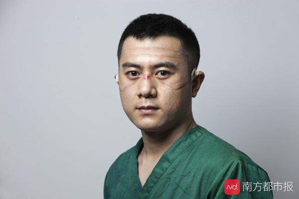 Nỗi lòng y bác sĩ Vũ Hán khi mặc đồ bảo hộ: Nóng bức như tắm hơi, ám ảnh đến muốn nôn nhưng không thể vì sợ phí trang phục-6