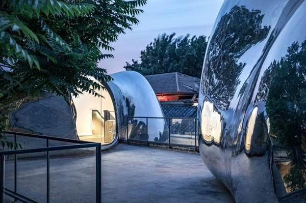Nhà mái hình bong bóng bằng thép không gỉ nổi bật trong khu phố cổ-1