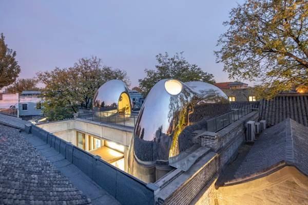Nhà mái hình bong bóng bằng thép không gỉ nổi bật trong khu phố cổ-2