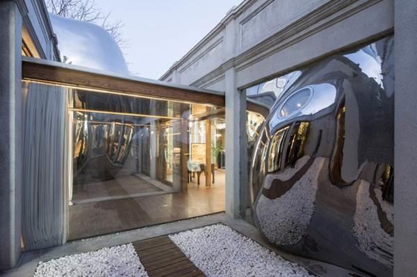 Nhà mái hình bong bóng bằng thép không gỉ nổi bật trong khu phố cổ-5
