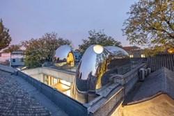 Nhà mái hình 'bong bóng' bằng thép không gỉ nổi bật trong khu phố cổ