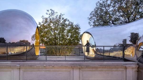 Nhà mái hình bong bóng bằng thép không gỉ nổi bật trong khu phố cổ-8
