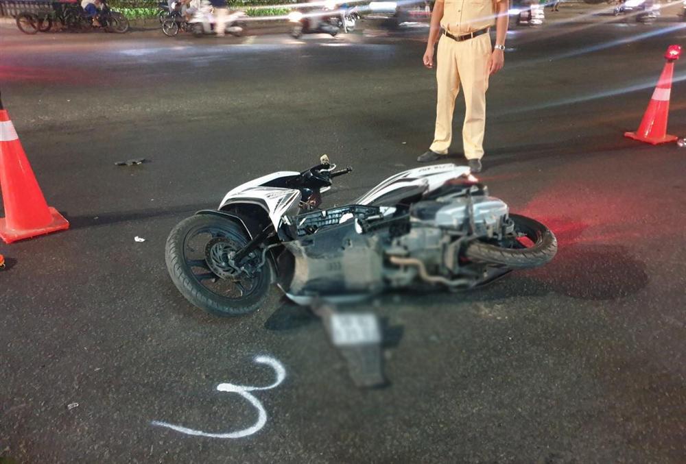 Chạy xe máy băng qua đường, cả gia đình 3 người bị xe tông khiến bé trai 5 tuổi tử vong-2