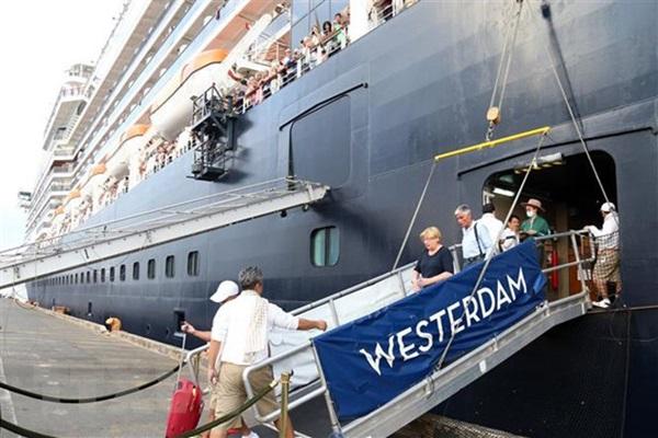 Nữ du khách trên con tàu được cập cảng ở Campuchia dương tính lần 2 với Covid-19, Mỹ đưa công dân rời khỏi ổ dịch ở Nhật-1