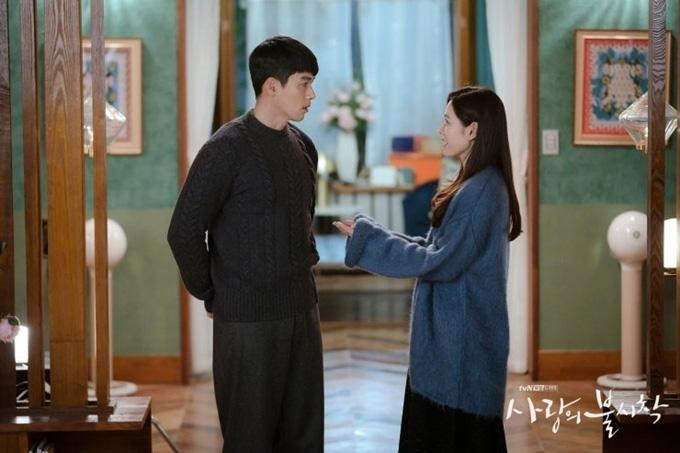 Huyn Bin và Son Ye Jin diện áo khoác đôi tại tiệc mừng công, bất ngờ nhất là giá áo của anh gấp mấy lần áo chị-1