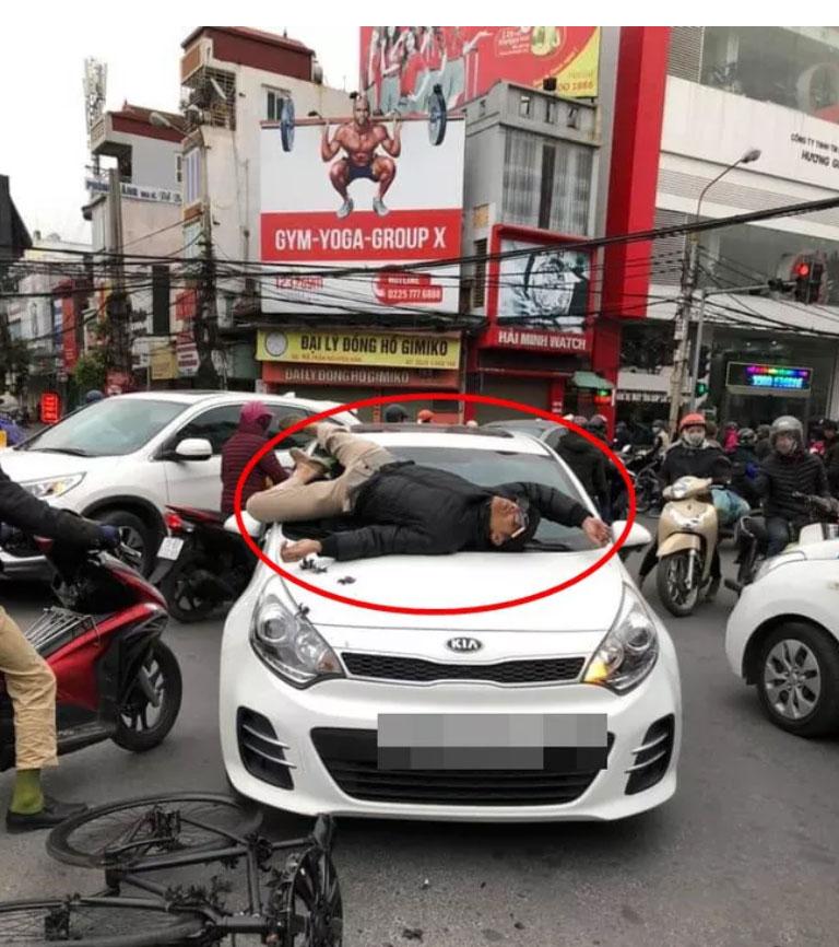 Va chạm giao thông không hòa giải được, chủ xe đạp leo lên nắp capo ô tô nằm-2